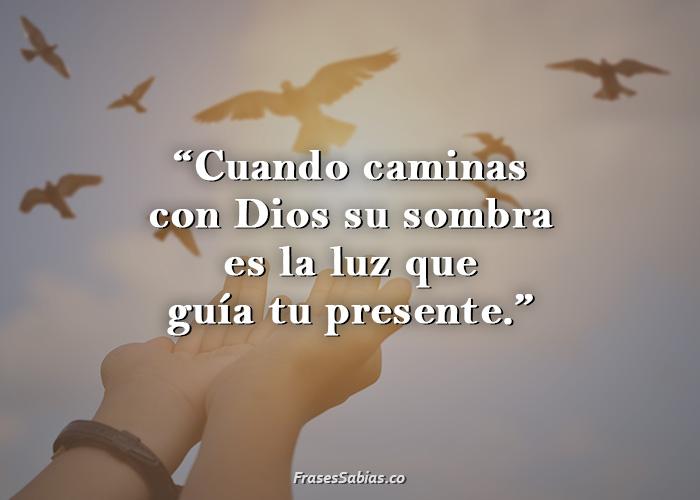 frases de amor divino cuando caminas con Dios su sombra es la luz